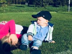 Ontspannen in het gras met Myrthe